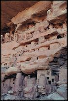 Falaise de Bandiagara, greniers à mil et tombes