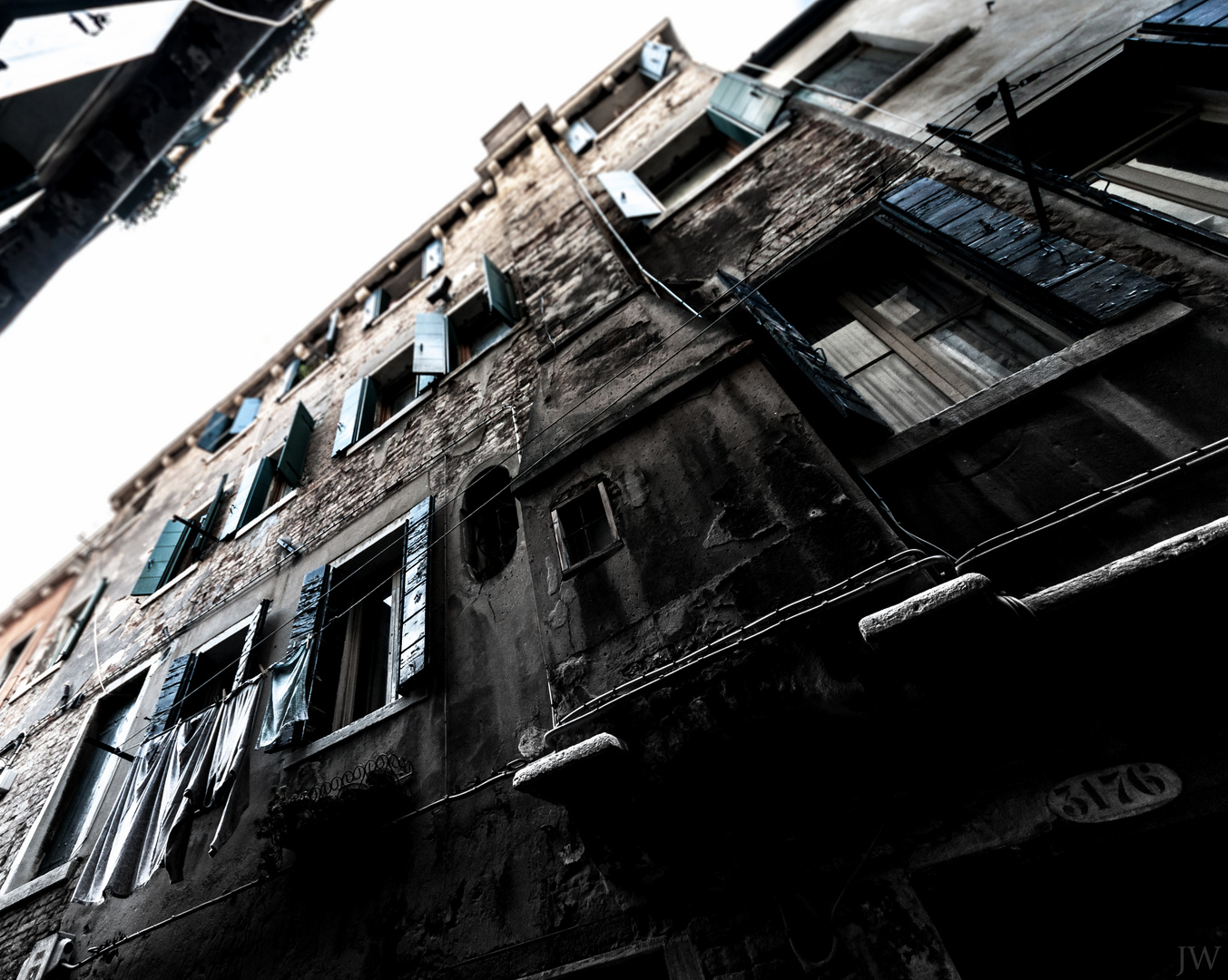Fallend, in tiefe Schluchten aus Häusern