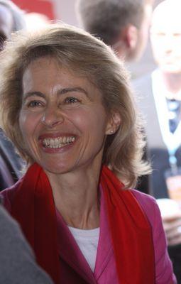 Familienministerin von der Leyen lächelt auf dem Katholikentag