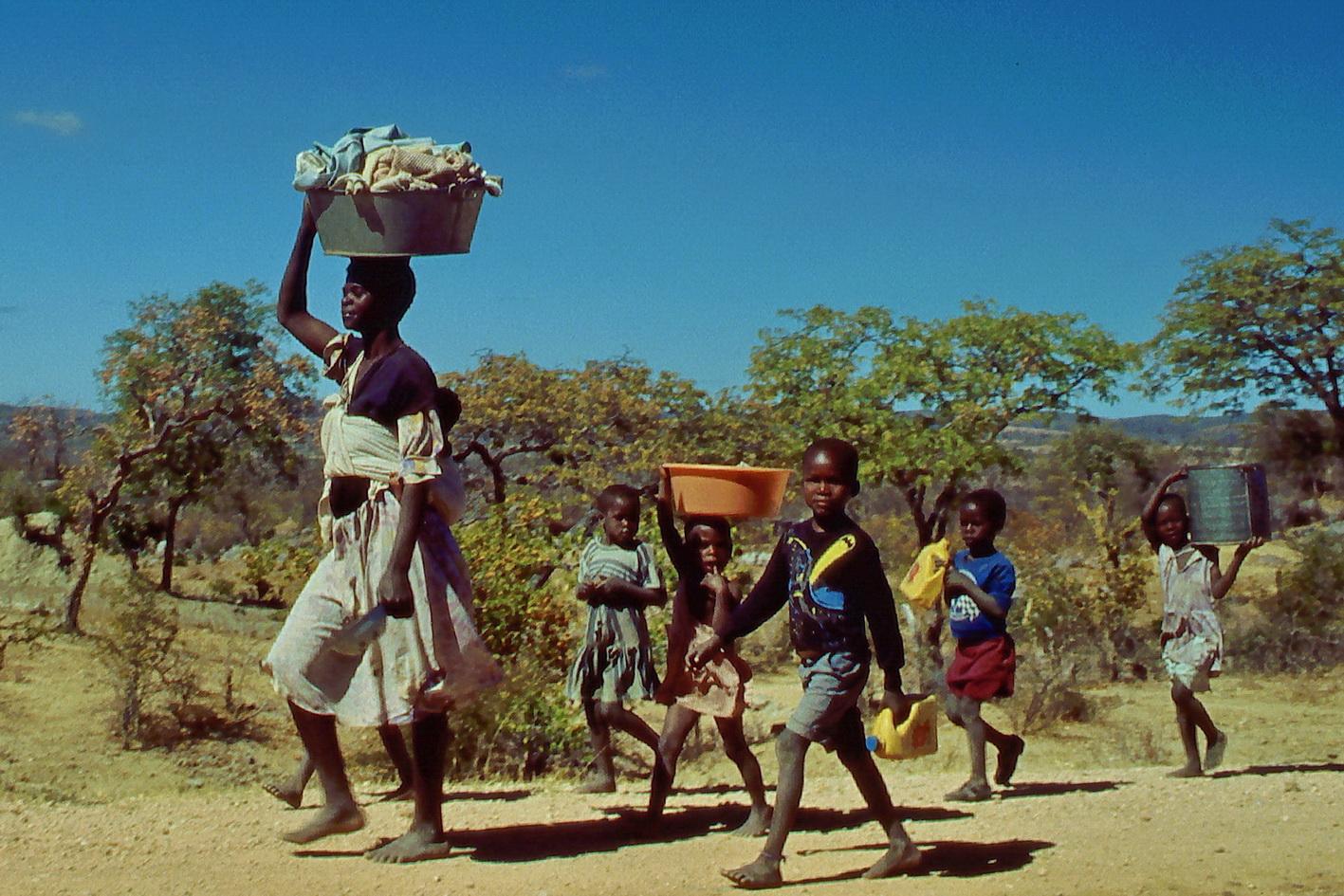 Familienwaschtag in Afrika - Auf dem Weg zur großen Wäsche am Fluss