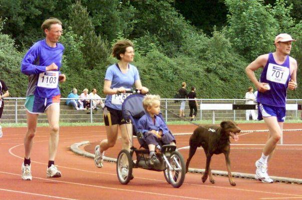 Familyrun mit Babyjogger und Hund beim Lübeck Marathon 2002