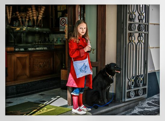 Fanciulla in cappottino rosso con lupo ma senza cappuccetto ...