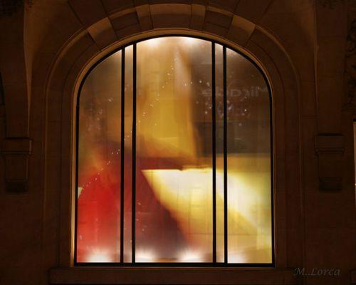 fantasma mirando a traves de la ventana de la cocina