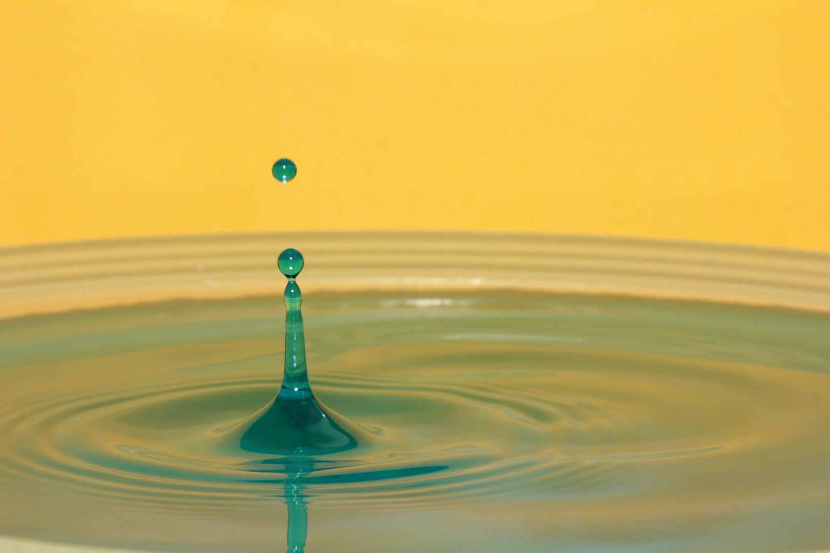 Farben-Spiel mit Wassertropfen