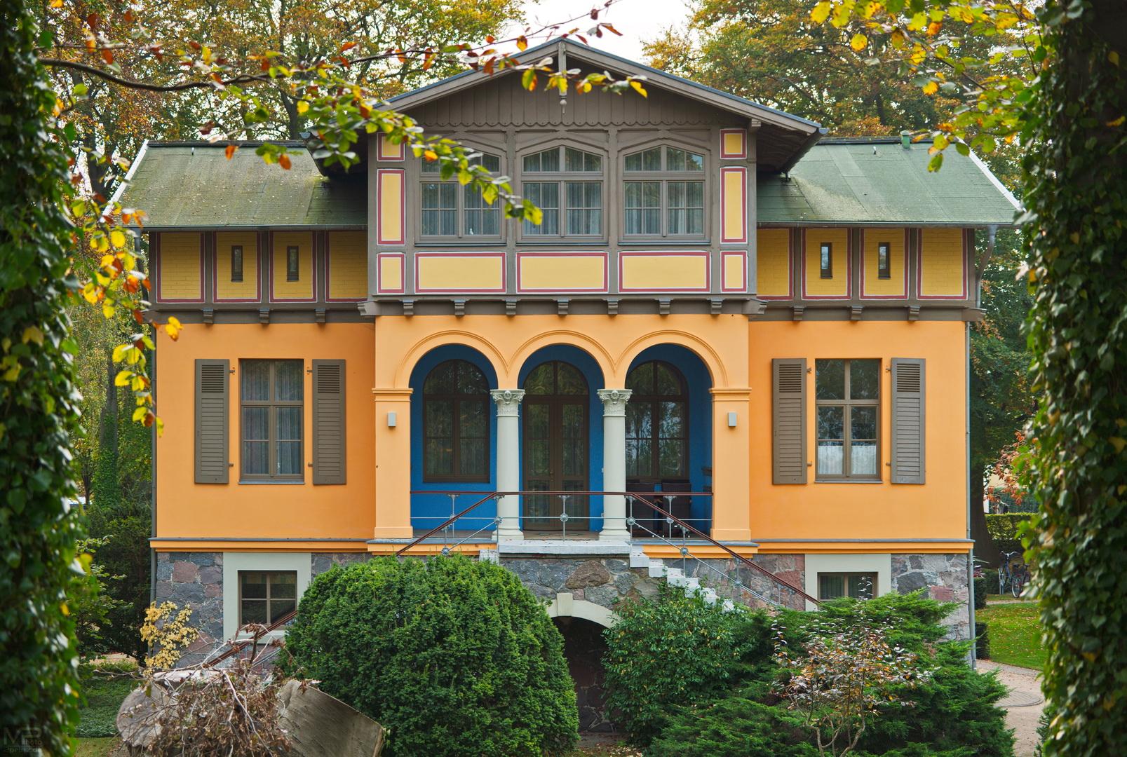 Farbenfrohe Bäderarchitektur ..