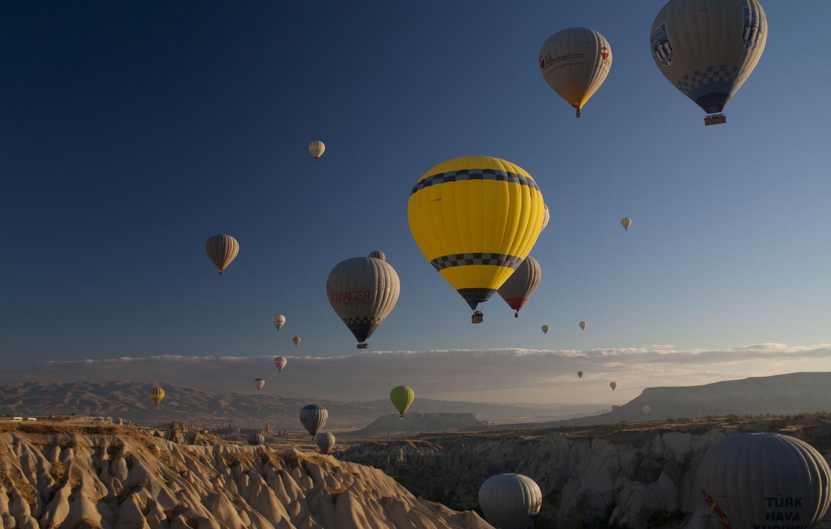 Farbenfrohe Ballons nach Sonnenaufgang über Kappadokien