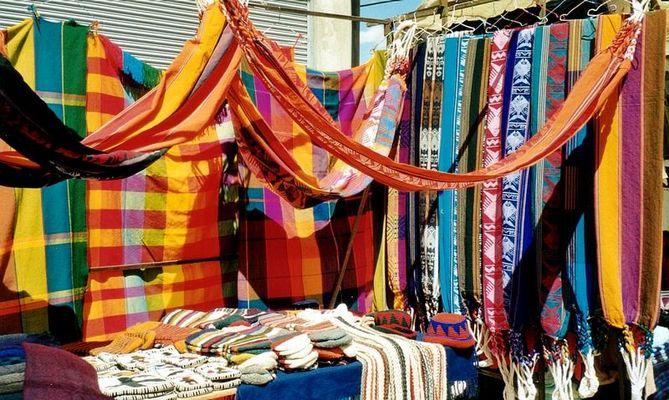 Farbenfroher Otavalo-Markt