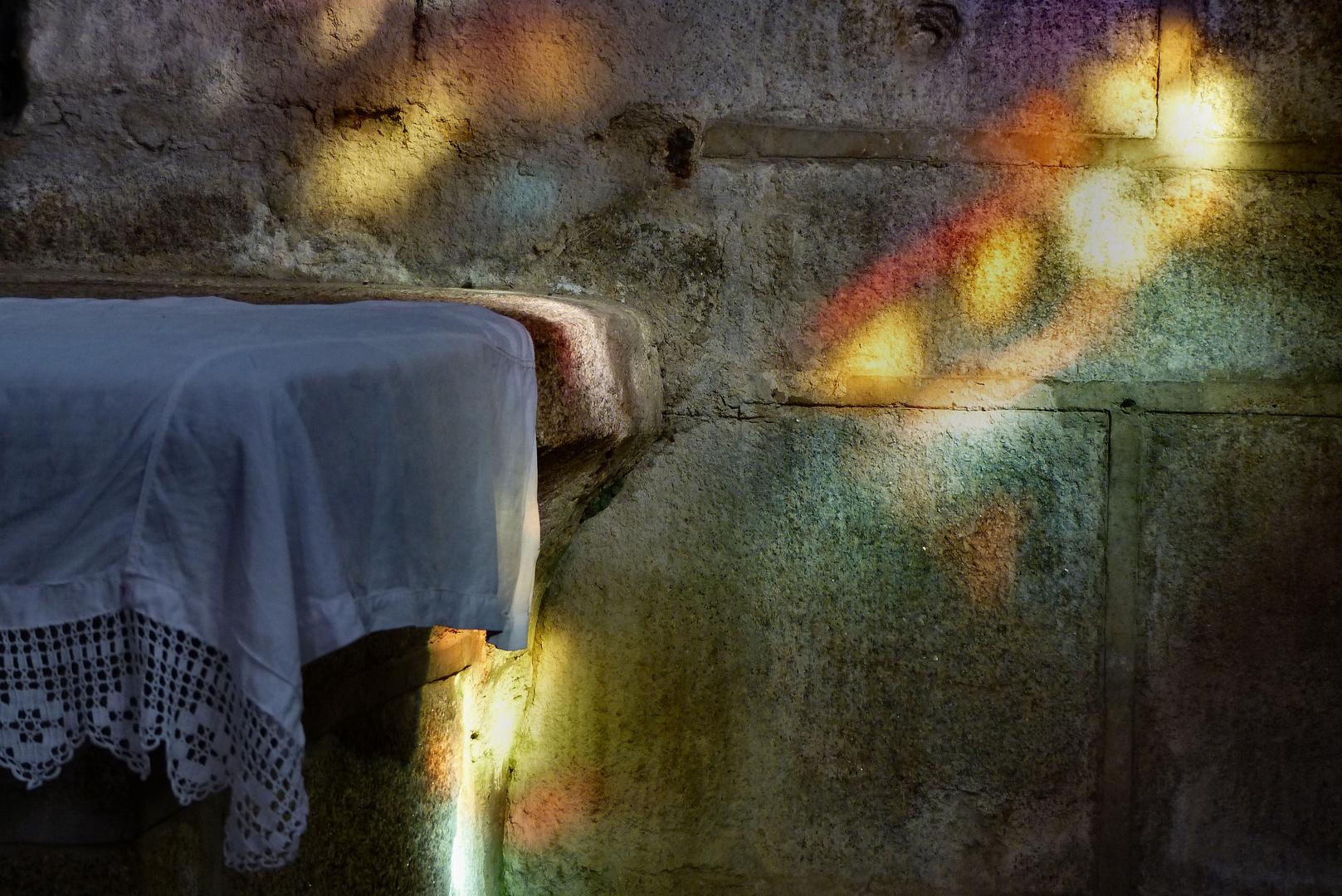 Farbenspiel in der Kirche Saint Ronan, Locronan