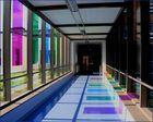 Farbenspiel in einem Krankenhausflur
