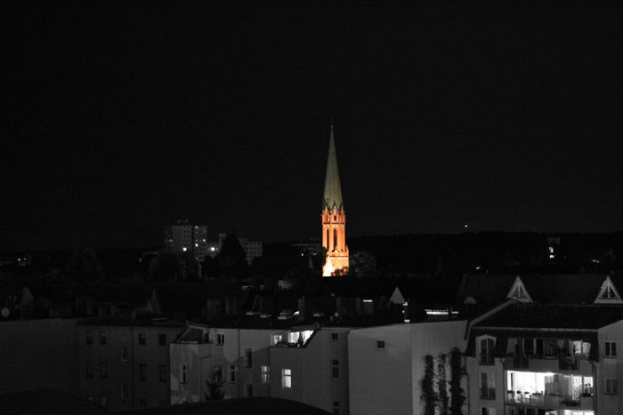 farbiger kirchturm in s/w bild