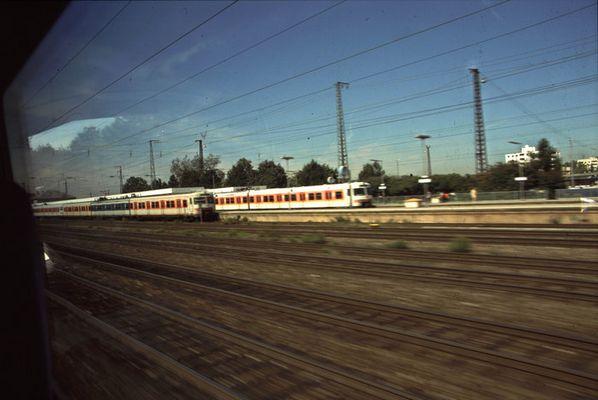 farblich gemischter S-Bahnzug in München