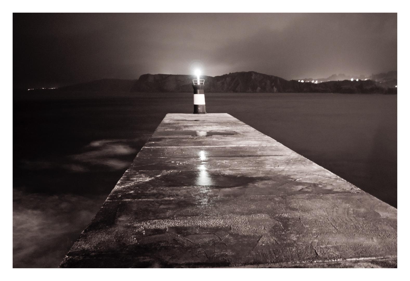 Faro nocturno en B/N