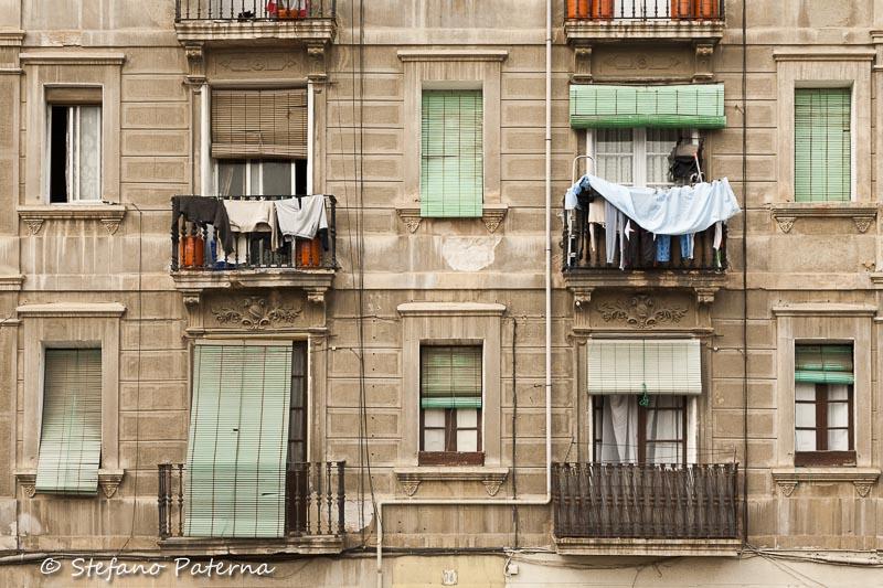 Fassade, Fenster und Balkone in der Altstadt Barcelonas.