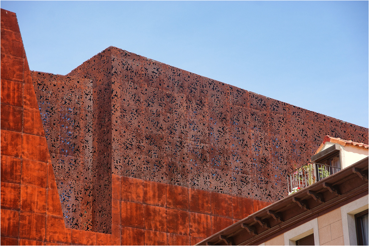 fassade la caixa forum das neue kunstzentrum madrids architekten herzog de meuron foto. Black Bedroom Furniture Sets. Home Design Ideas