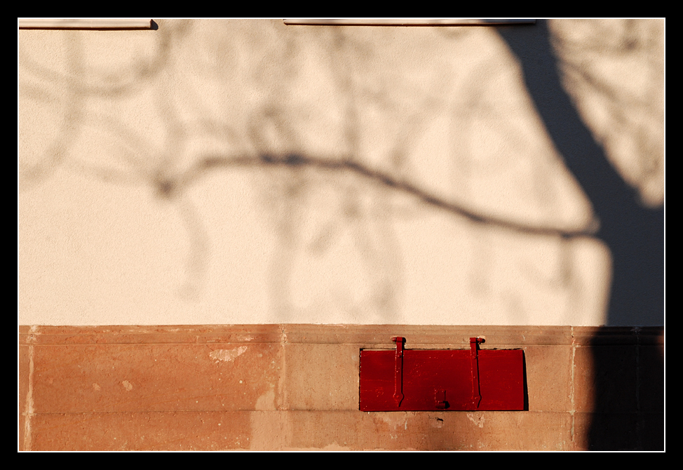Fassade mit roter Klappe