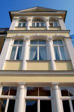 Fassade mit weißen Säulen