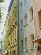 Fassaden an zeitgenössischen Mehrfamilienhäusern ohne Schnörkel