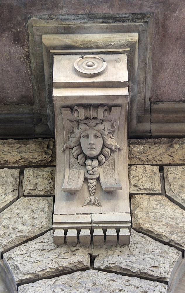 Fassaden-Kopf mit Zopf