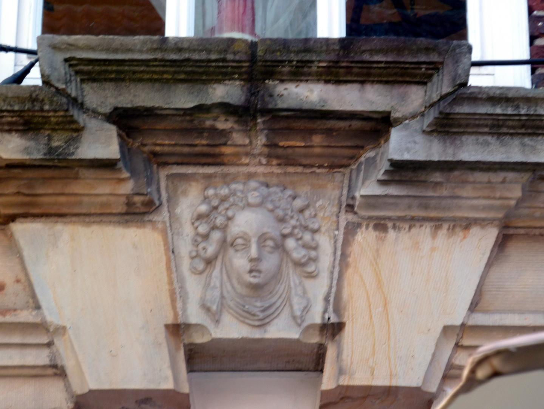 Fassadenschmuck an einem alten Haus in Aurich.....