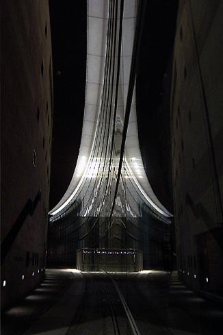 Fassadenspiegelung bei Nacht