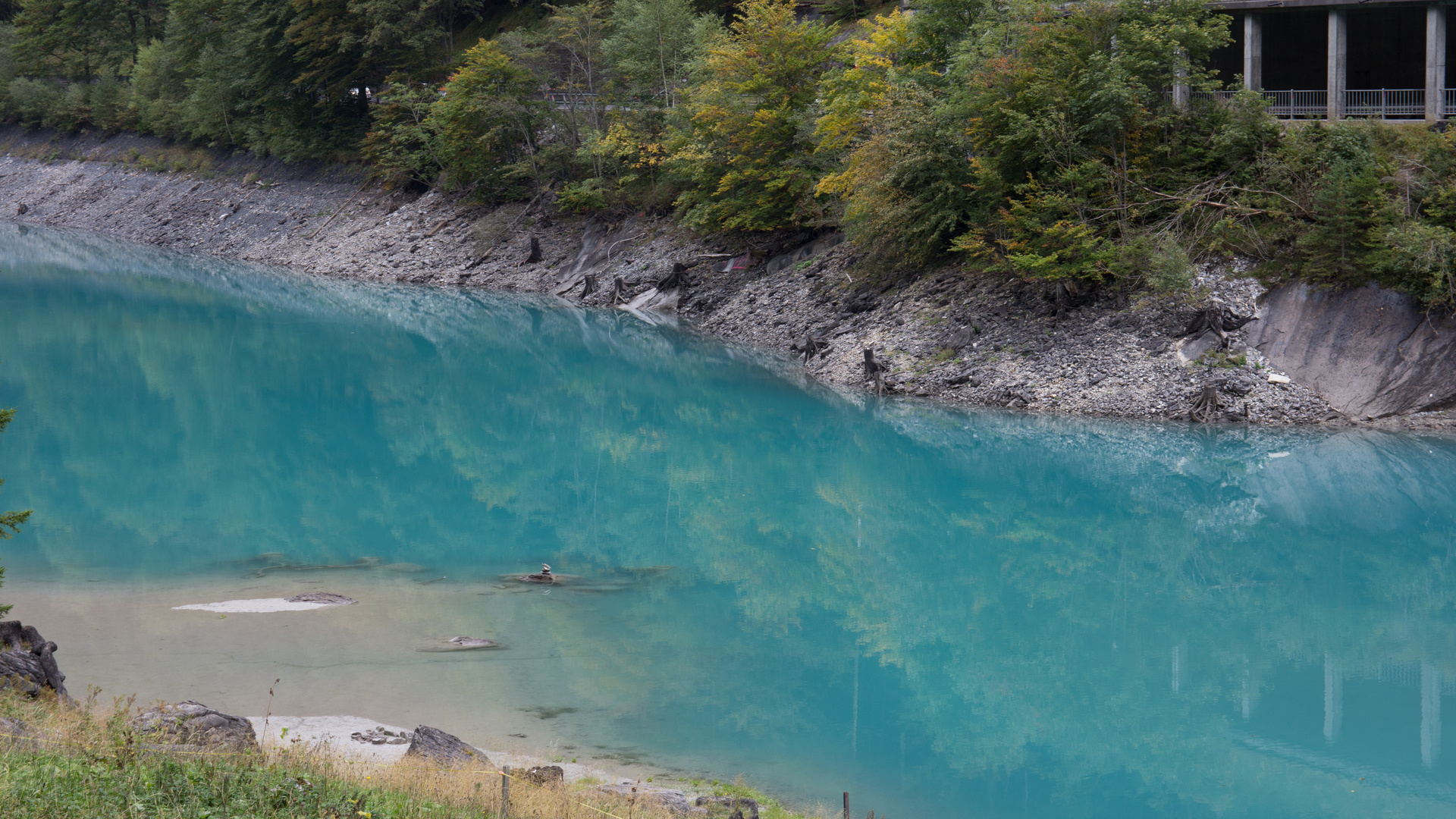 Faszinierende Farbe in Stausee