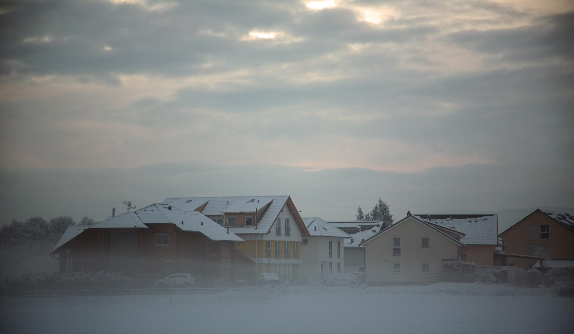 Februarnebel über dem Wohngebiet