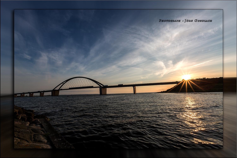 Fehmarnsundbrücke mit Sonnenuntergang