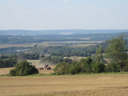 Feldarbeit mit Landschaftsblick