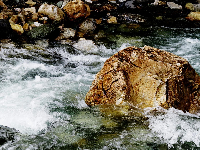 Fels im reißenden Fluss