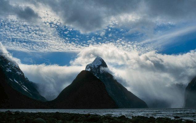 Fels in der Wolkenbrandung