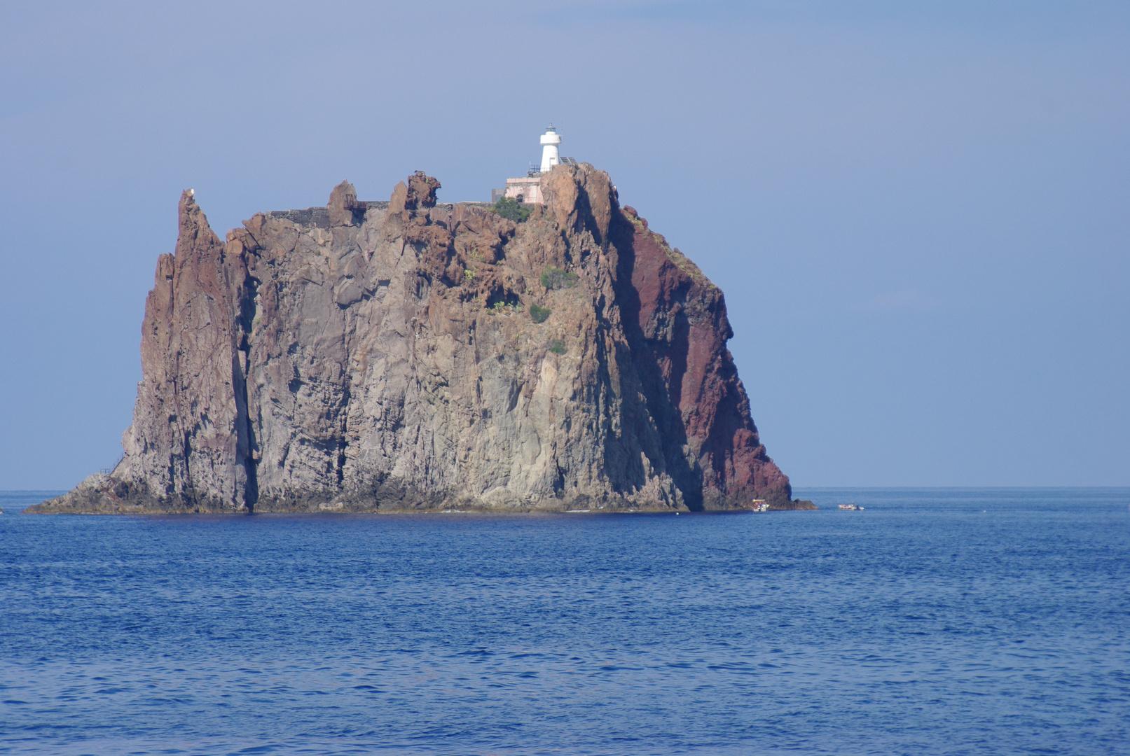 Felsen im Meer mit Leuchtturm