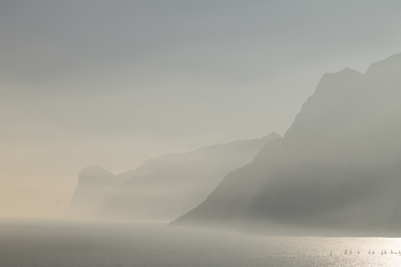 Felsen im Nebel und Licht