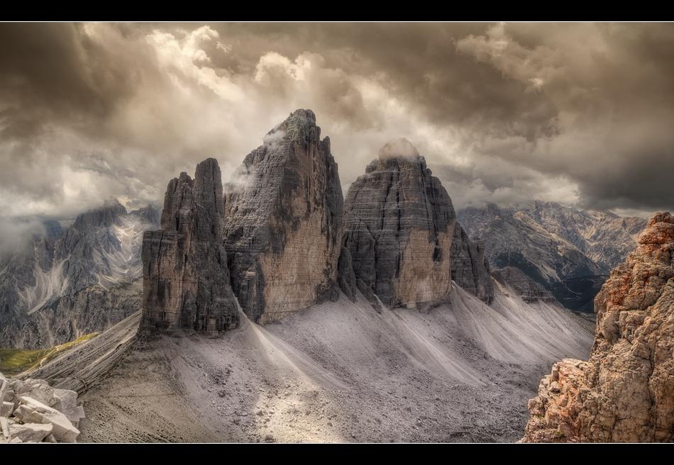 Felsen in der Wolkenbrandung