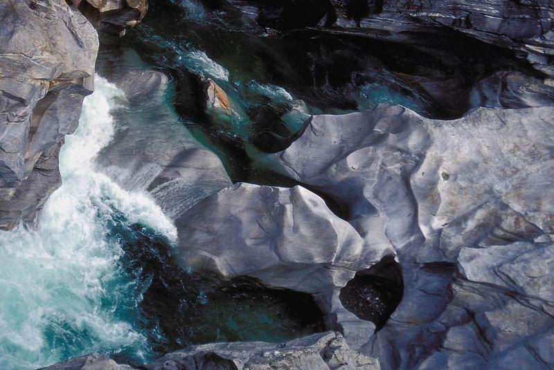 Felsen und grünblaues Wildwasser