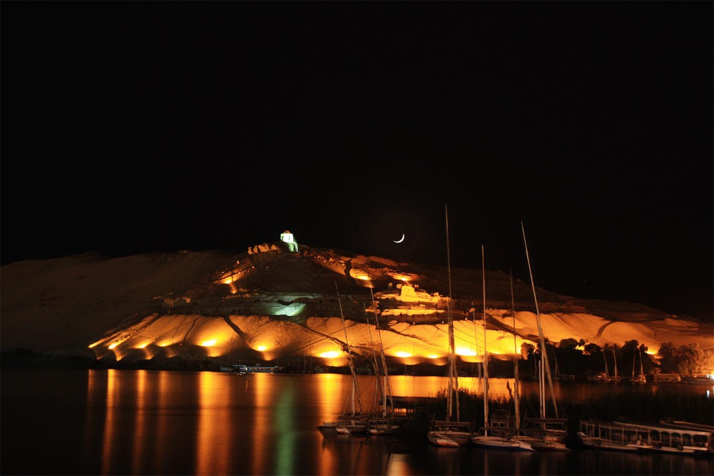 Felsengräber in Assuan bei Nacht