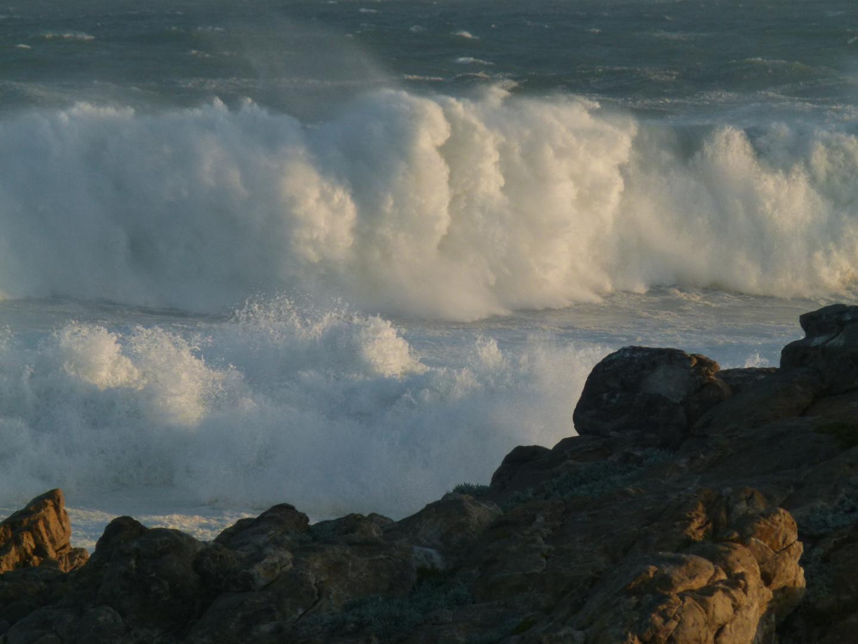 Felsenkueste und hohe Wellen