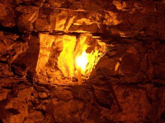 Felsenwand im Kerzenlicht