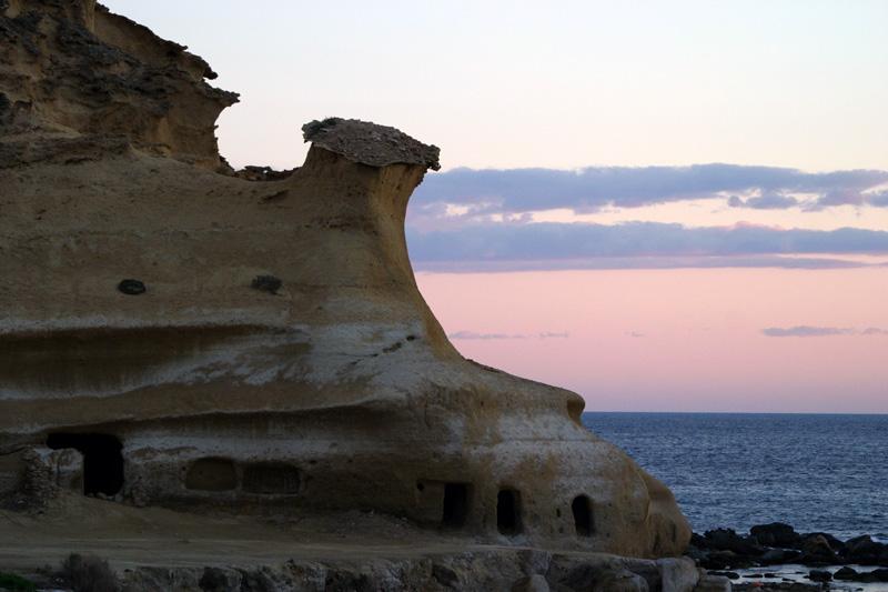 Felsenwohnungen am Meer