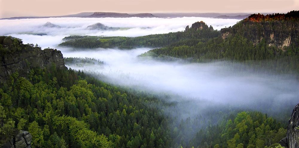 Felsinseln im Nebelmeer
