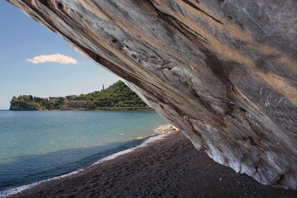 Felsüberhang am Strand in Taormina/Sizilien