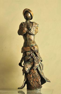 Femme à la robe (terre cuite émaillée de Sylvie)
