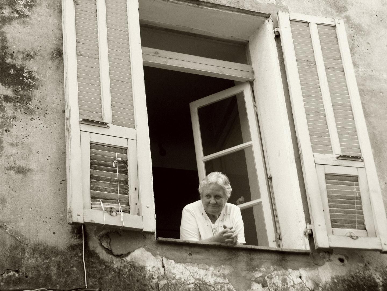 femme à sa fenêtre (2)