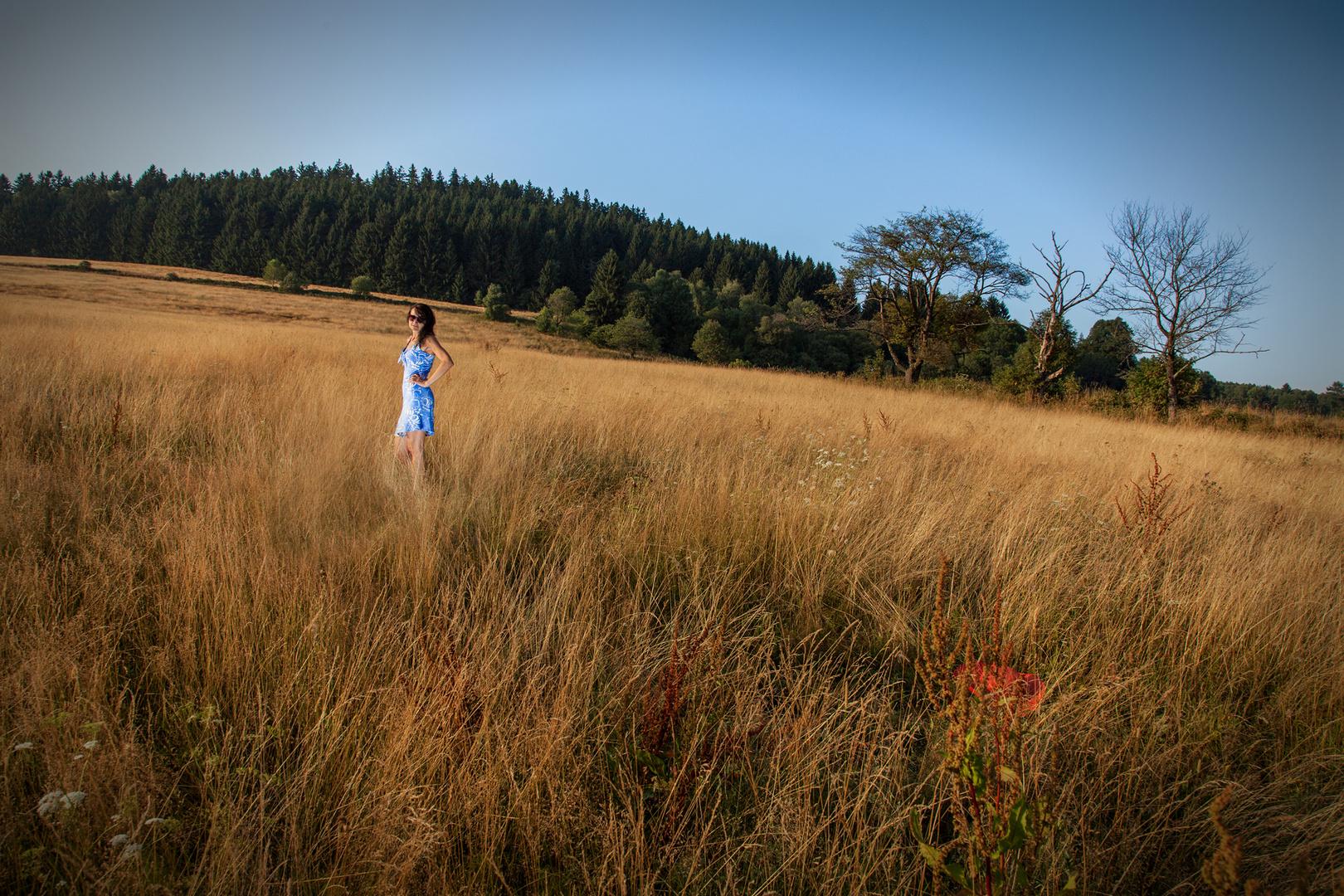 Femme dans herbes