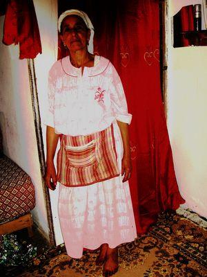 femme dans un ancien bidon ville de casablanca