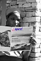 Femme de ménage lisant le magazine de Brussels Airlines: Spirit