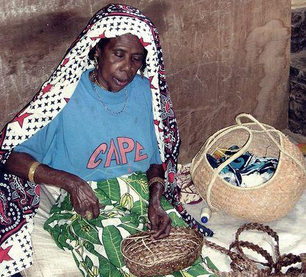 Femme de Sada qui tresse , Mayotte