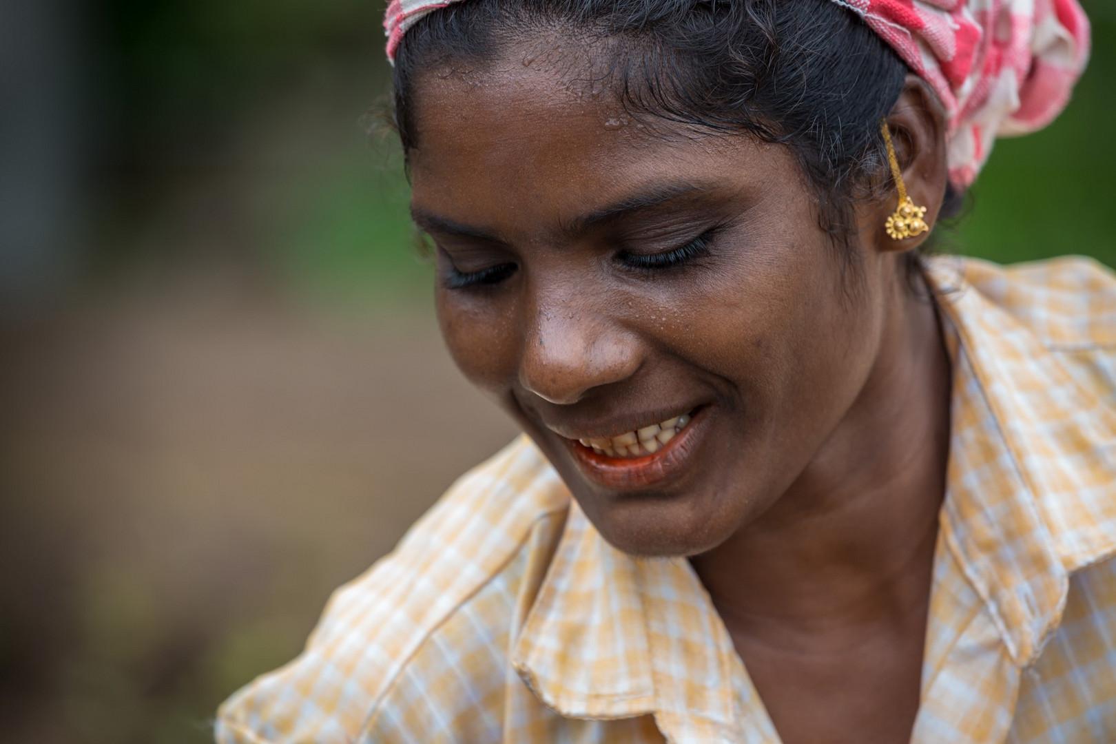 Femme de tribu indienne effectuant des travaux dans le cadre d'un programme gouvernemental