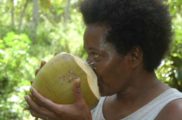 Femme indigène buvant coco