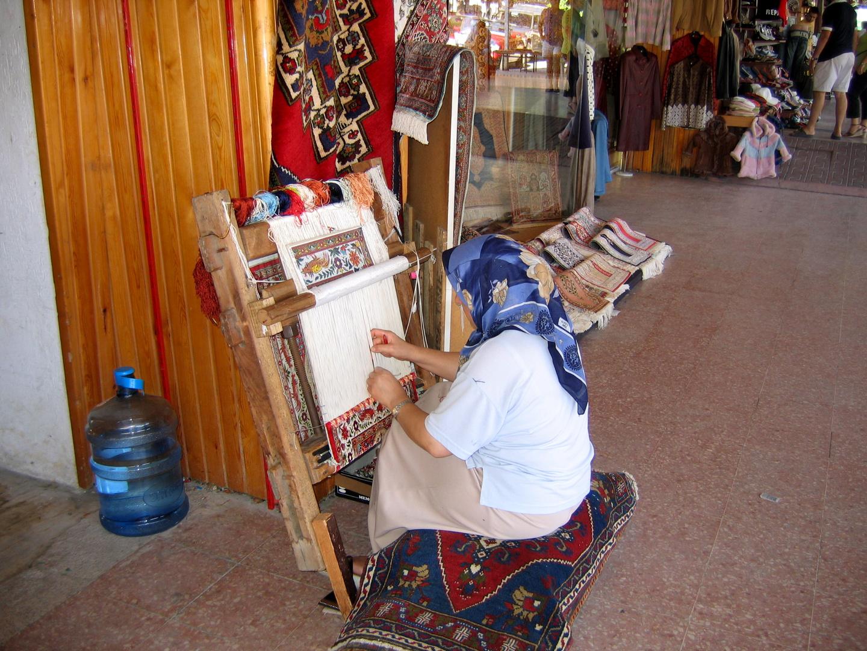 Femme tissant un tapis