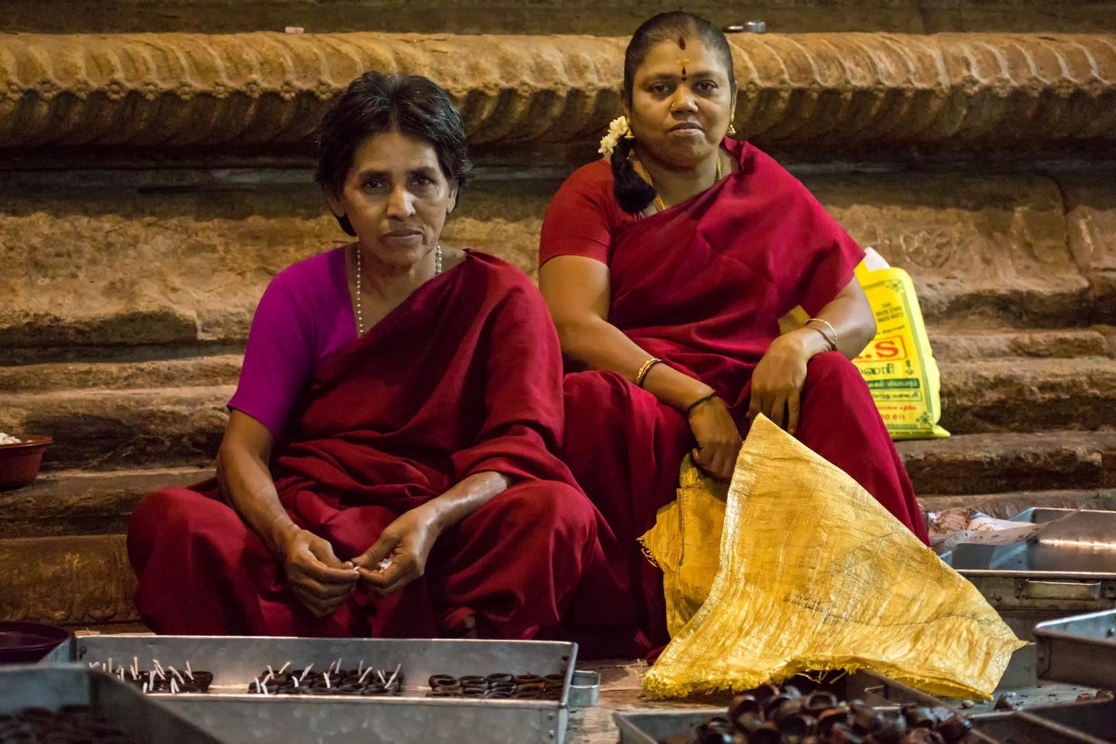 Femmes préparant les petites lampes à huile dans le temple de Meenakshi